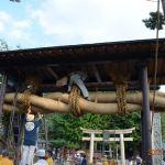 赤城神社「大注連縄を鳥居に取り付けているところ」