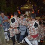 流山赤城神社の急な石段を登る神輿