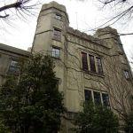 日脚伸ぶノルマン様式旧校舎